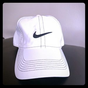 Men's or women's Nike Golf Hat white